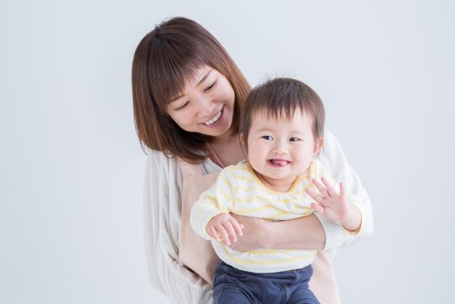 エプロン姿の女性と赤ちゃん