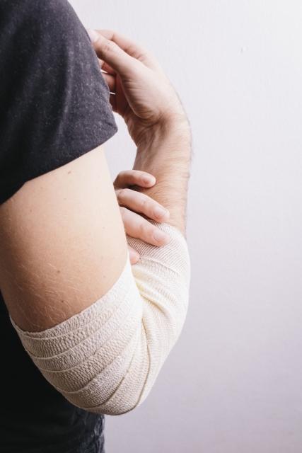 肘を痛めた男性
