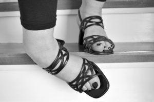 足をひねる女性