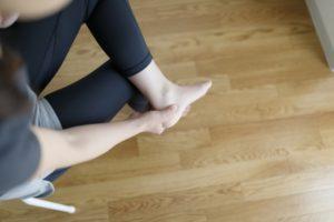 足首を痛めた女性