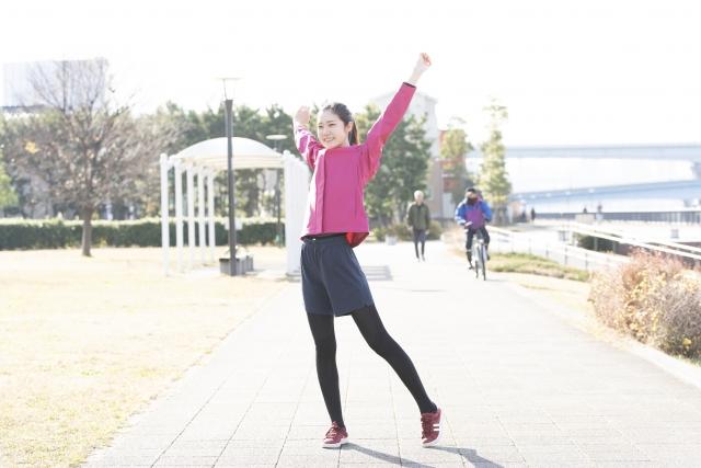 元気に運動を始めようとする女性