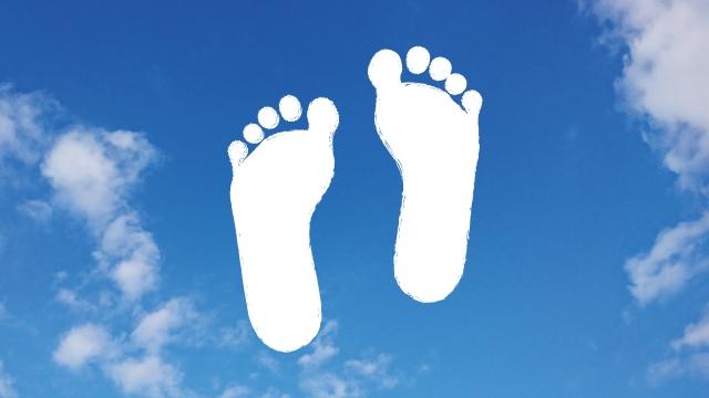 青空に足のイラスト