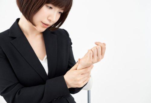 腱鞘炎で悩む女性
