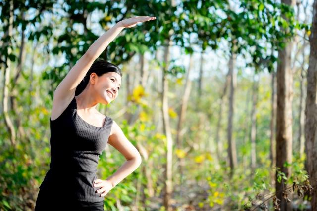 ラジオ体操する女性