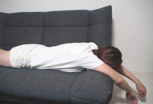 ソファーで寝る女性