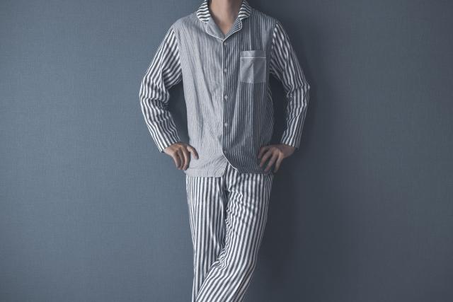 パジャマ姿の男性