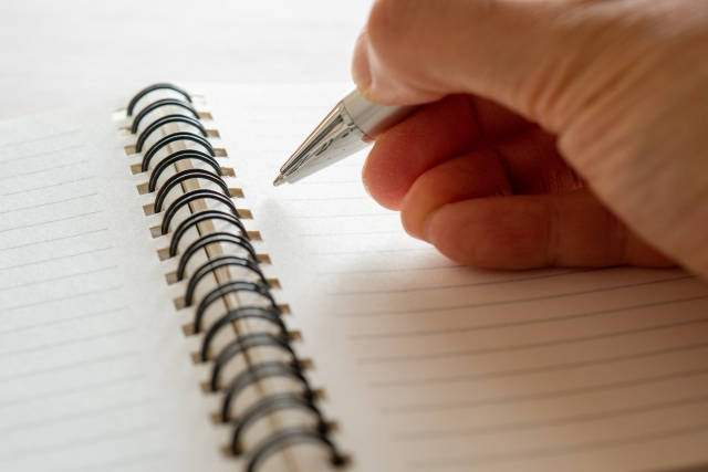 メモをノートに取る
