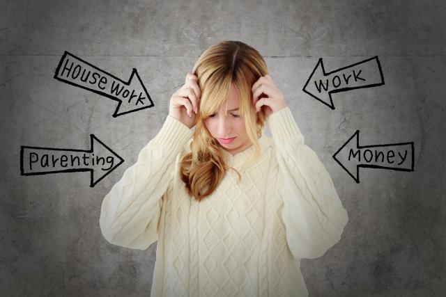 様々なストレスに悩む女性