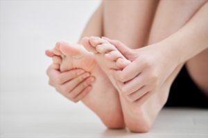足の裏をマッサージする日本人女子中学生