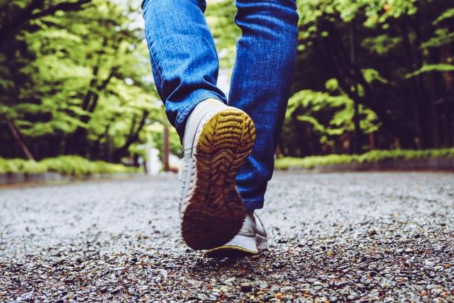 歩くジーンズの女性