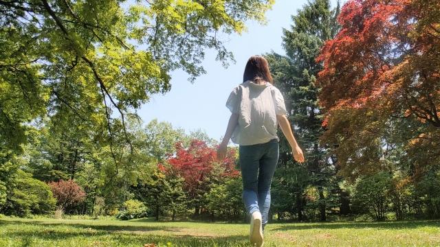 歩く女性 自然